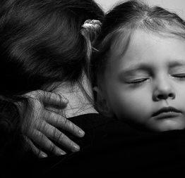 Trái tim mẹ nghẹn lại khi biết lý do mắt con ngày càng mờ đi…