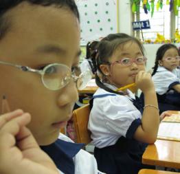 Vì sao trẻ em thành thị mắc bệnh cận thị ngày càng nhiều?